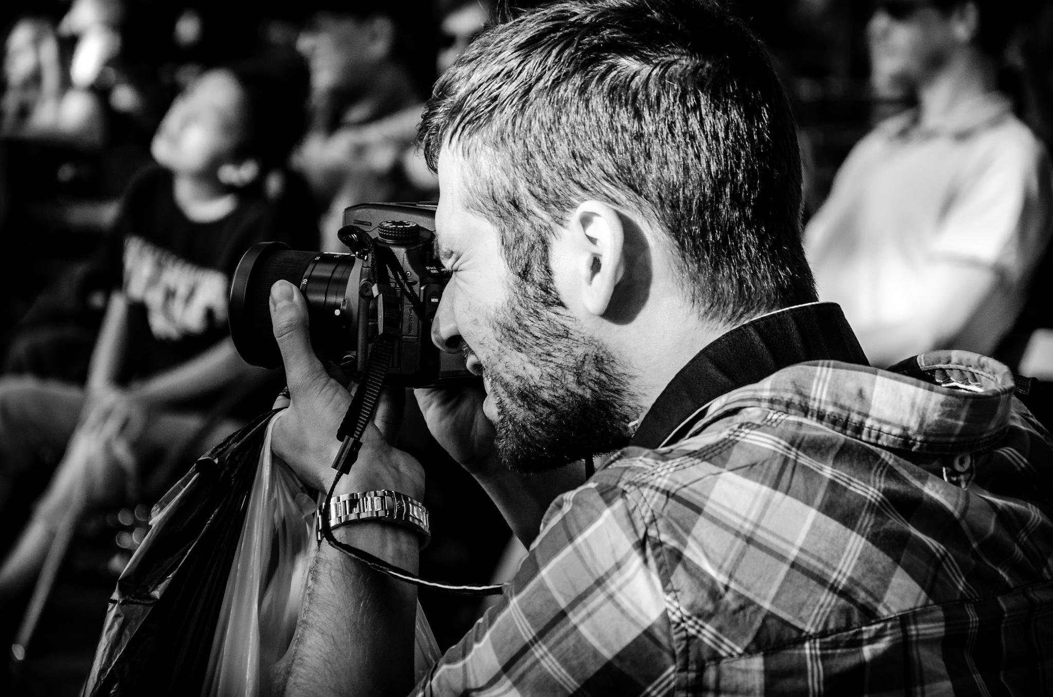 Fotograf schaut durch den Sucher seiner Kamera