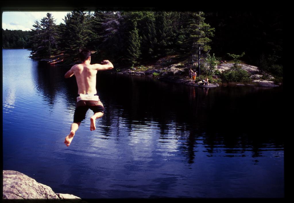 Dia zeigt einen jungen Mann beim Sprung ins Wasser