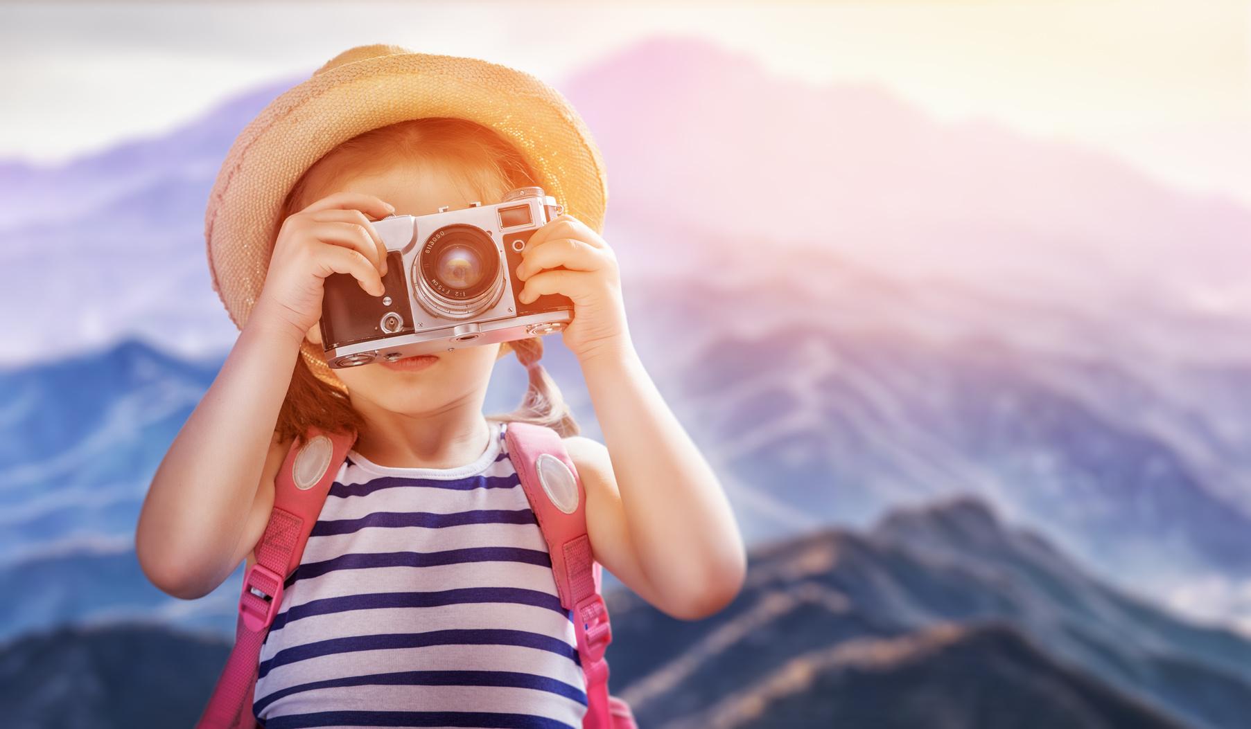 Kind mit Digitalkamera
