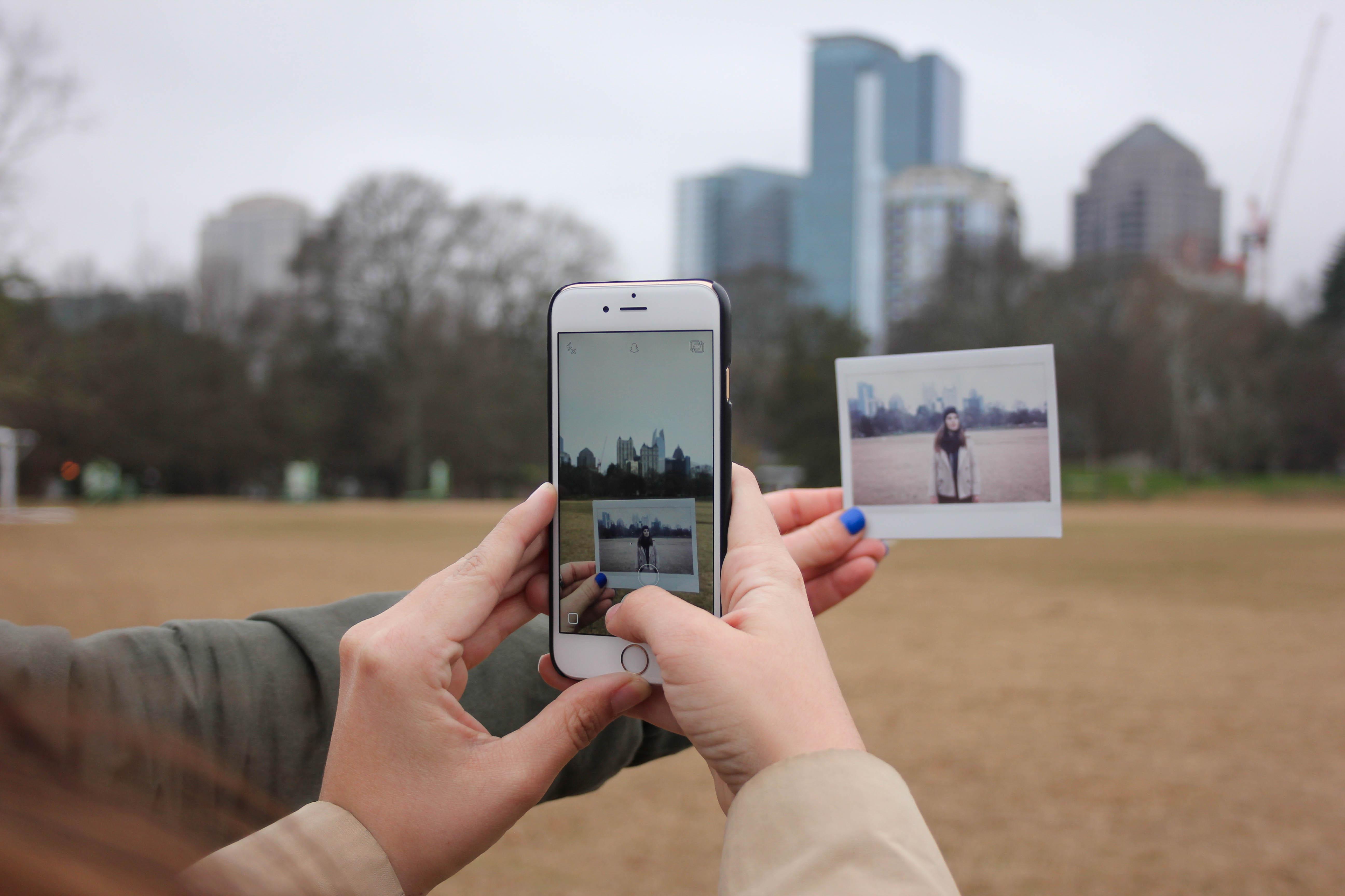 Ein Polaroid-Bild wird mit einem Smartphone abfotografiert