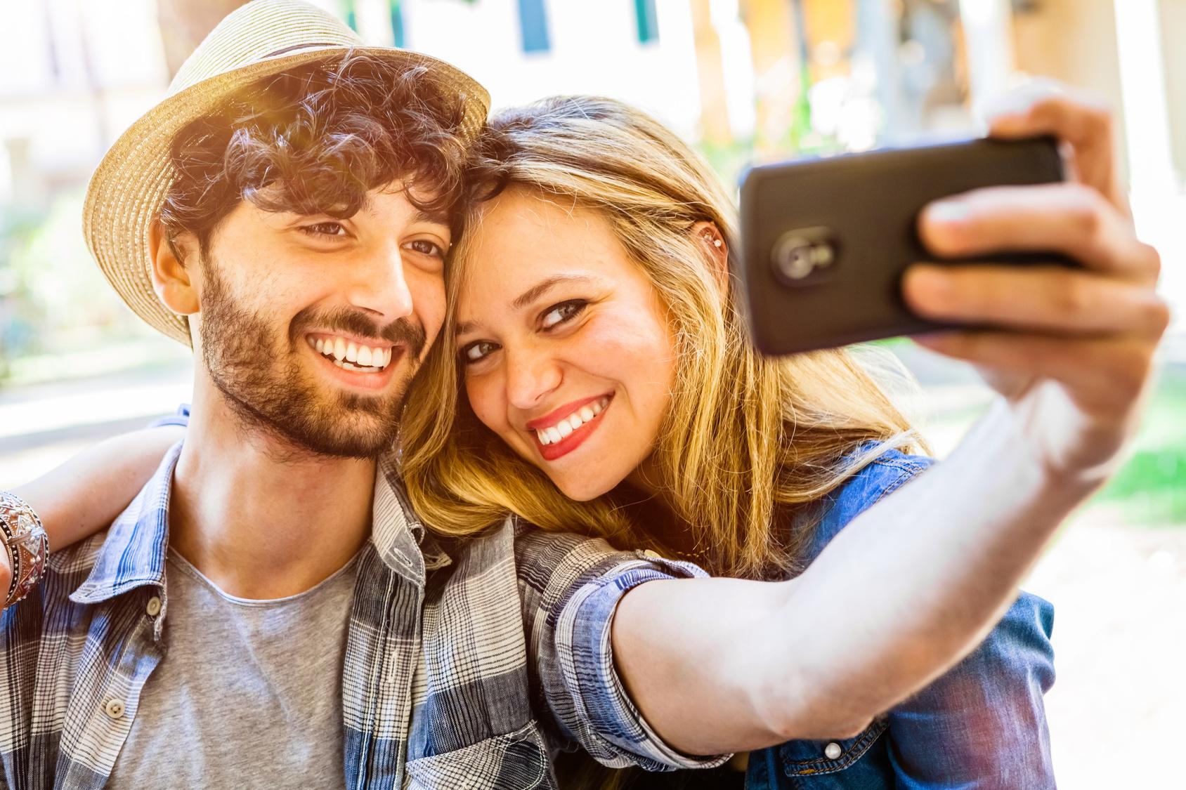 Pärchen macht ein Selfie