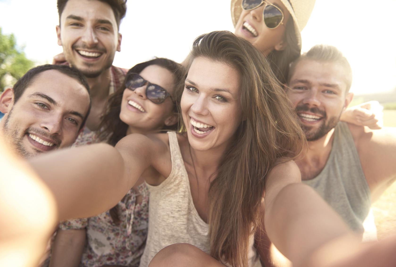 Eine Gruppe junger Menschen macht ein Selfie