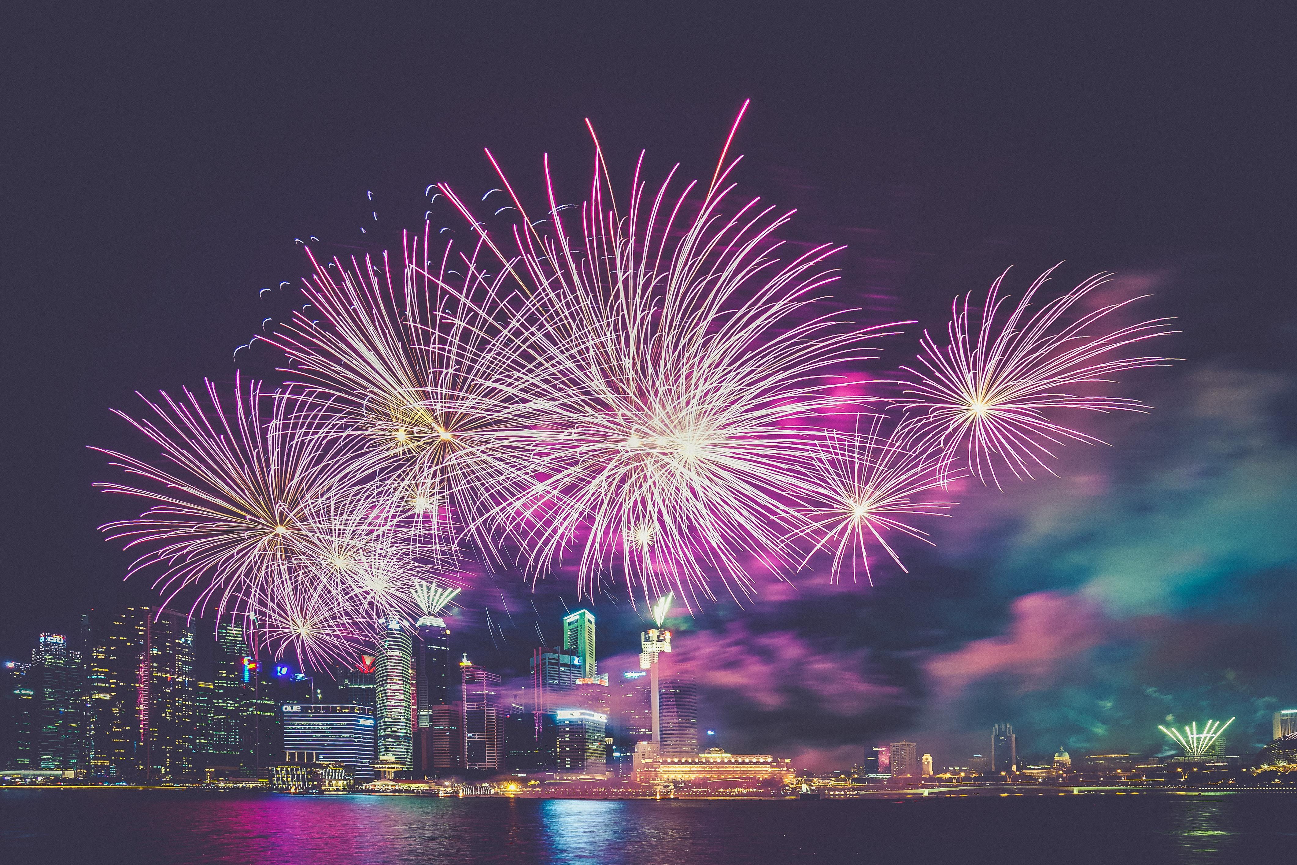 Feuerwerk vor Skyline
