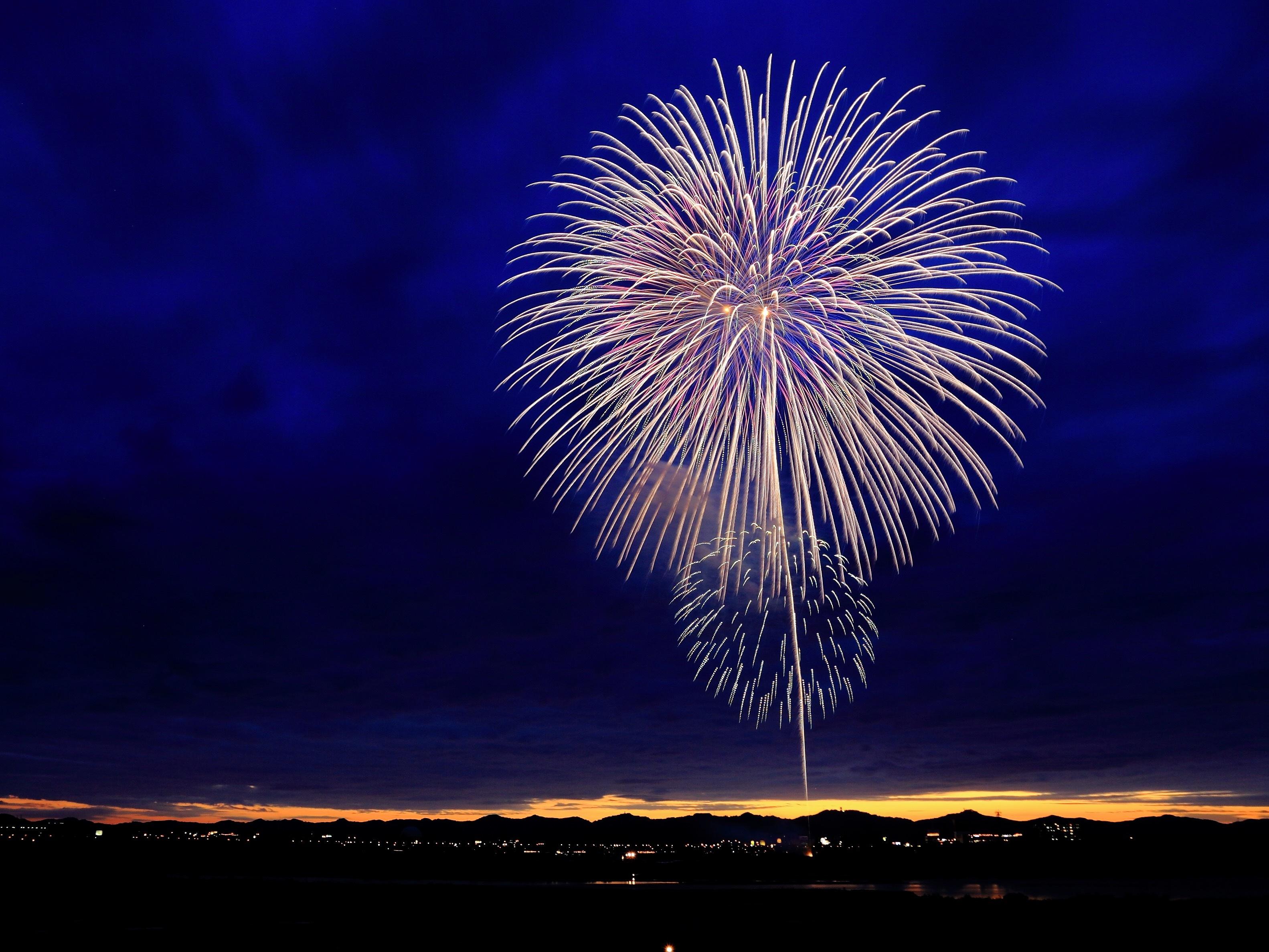 Feuerwerk vor dunkelblauem Himmel