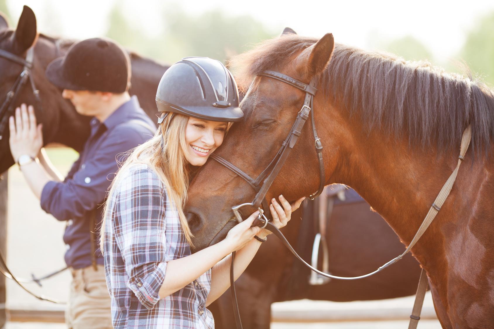 Eine junge Frau mit Pferd
