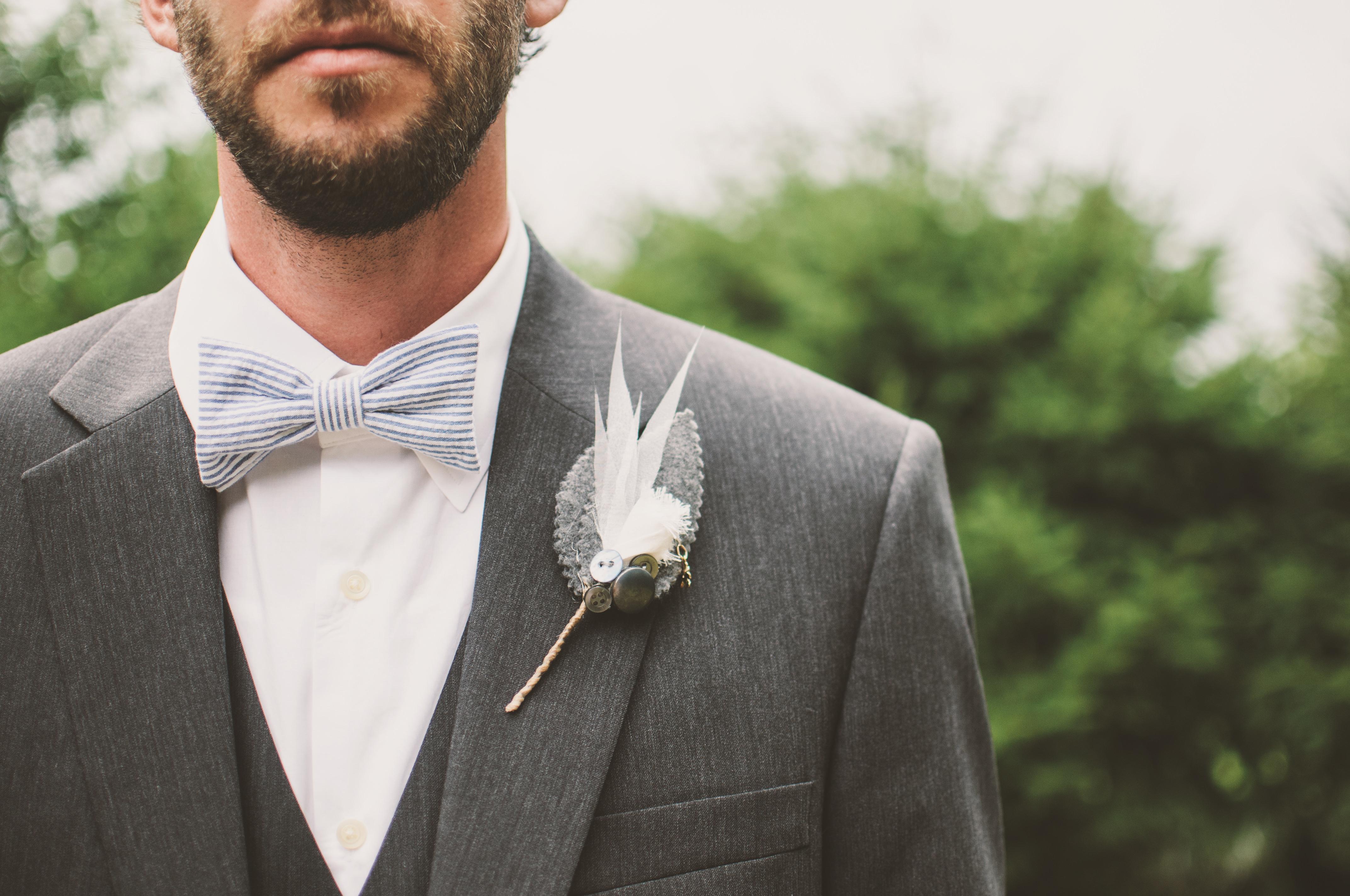 Ein Mann im Smoking bei einer Hochzeitsfeier